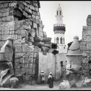 Statues de Ramsès et entrée par le pylône.