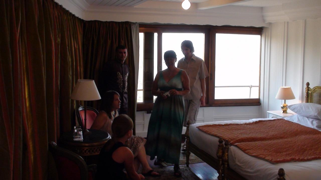 Cloé, Floriane, Ariane et Philippe dans une des suites.