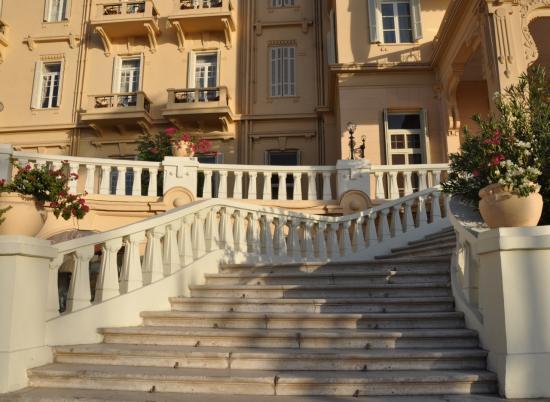Escalier d'accès à l'hôtel côté corniche.