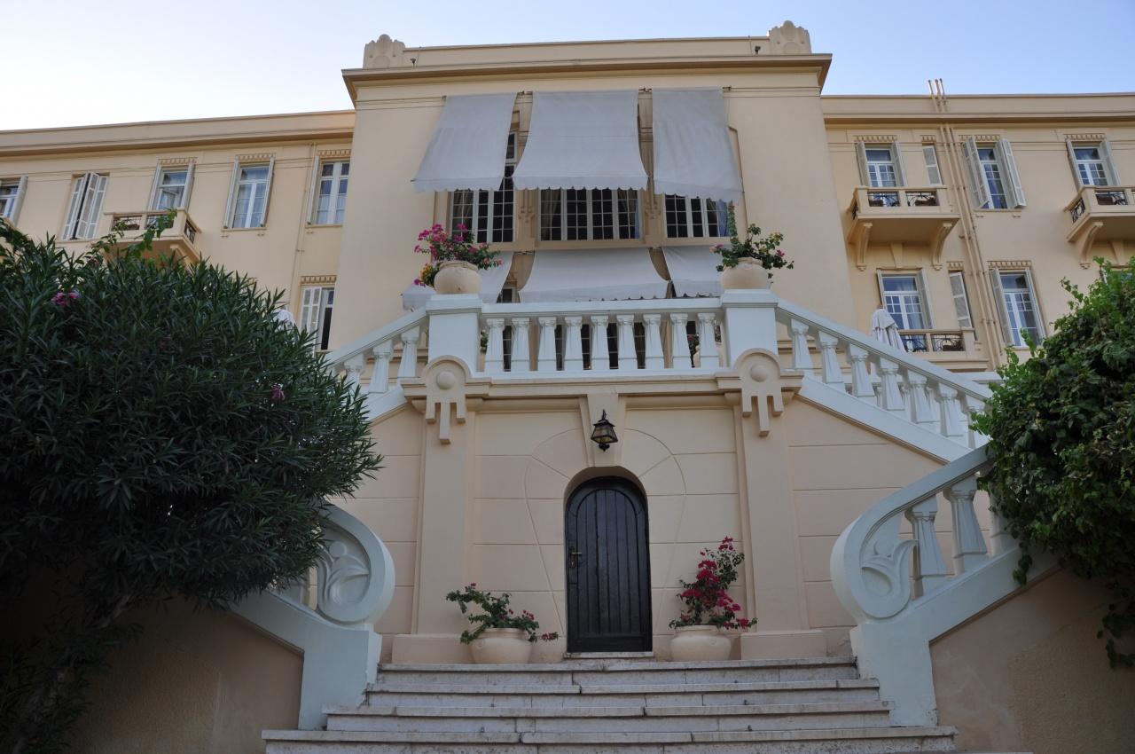 Escalier d'accès à l'hôtel côté jardins.