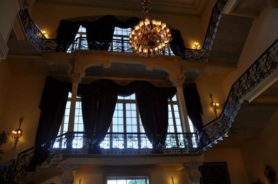 Escalier du hall de réception. Accés aux étages.