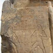Sur le côté du trône on trouve la représentation du sema-ta-oui