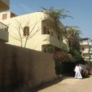 Ruelle et façade avant de la Villa KV1 située à 50m du Nil.