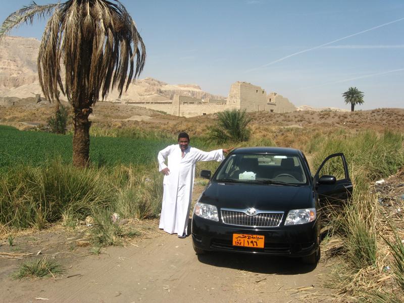 Mohamed et son taxi devant Medinet Habou