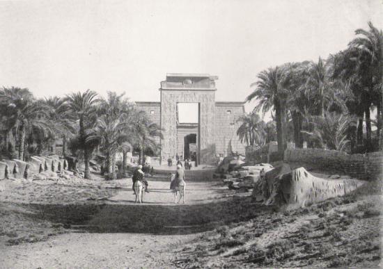 Karnak - Avenue des sphinx et l'arche de Ramsès III.