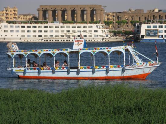 Motorboat et le temple de Louxor - Photo de Marie Grillot
