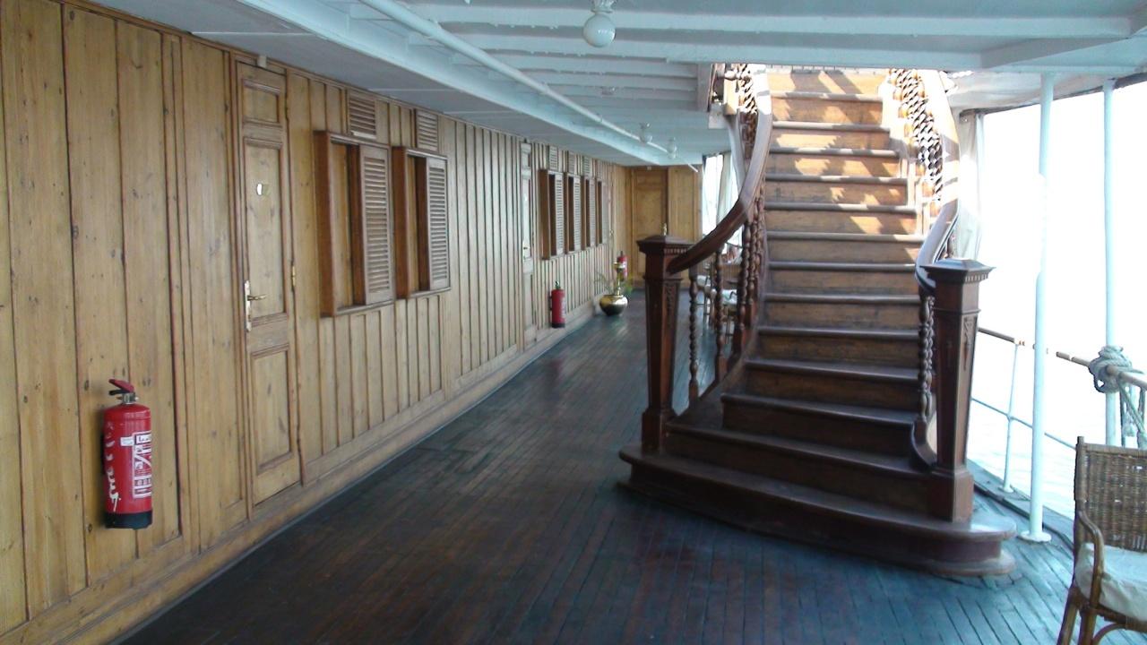 L'escalier d'accès au pont supérieur.