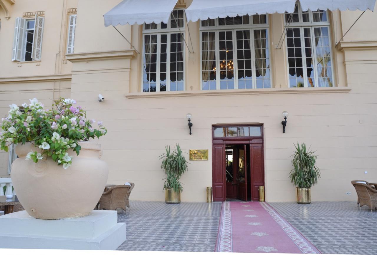 Palier de l'escalier d'accès à l'hôtel côté jardins.