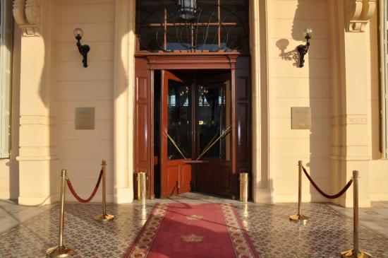 Porte d'entrée du palace.