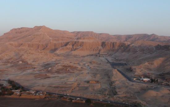 Au fond le temple d'Atchpsout (Deir el Bahari)