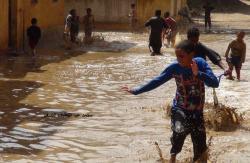 Scène de liesse dans les rues de Louxor : De la pluie ! Incroyagle !