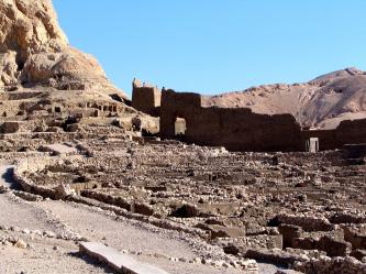 Au loin, le temple d'Hathor