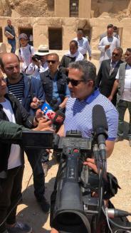 Le ministre des Antiquités, Khaled Anani, décrit aux journalistes de la tombe récemment découverte sur la nécropole de Draa Abul Naga