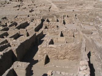 Vestiges du village et maisons des artisans.