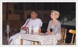 Mohamed et Lola à la terrasse d'un café de Louxor.