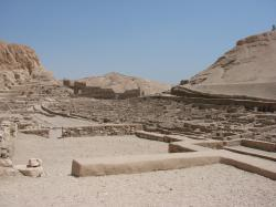 Le village et le temple d'Hathor.