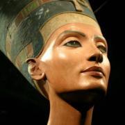 Dans quel musée se trouve le buste de Néfertiti trouvé en 1912 par ludwig borchardt  à Tell el-Amarna ?
