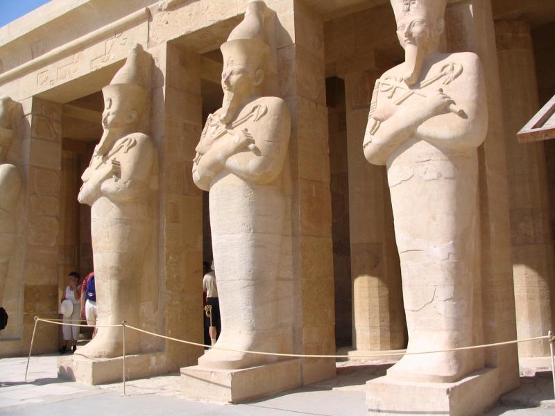 Les statues de la reine.