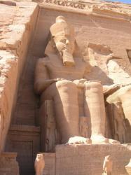 Statue de Ramés II Adossée au temple d'Abou Simbel.