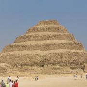 Quel était le nom du monument qui habritait le sarcophage du Pharaon avant l'ère des pyramides ?