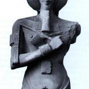 Quel est le nom du pharaon présent sur la photo de droite ?