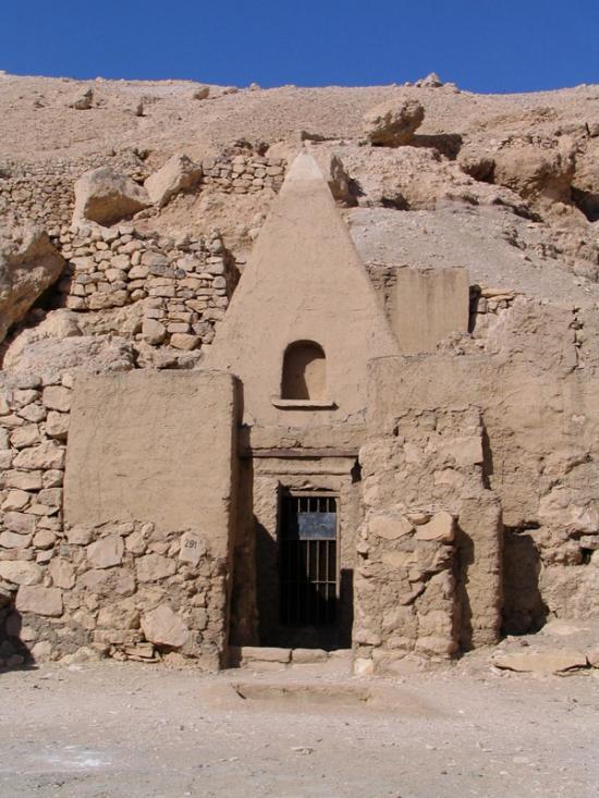 Un des tombeaux de la nécropole en forme de pyramide.