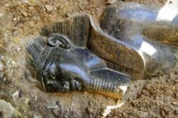 Une statue d'Amenhotep III, découverte près de Louxor, en Egypte.