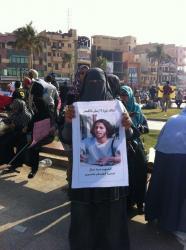 Une femme musulmane avec la photo d'un martyr chrétien pendant des manifestations à Louxor.
