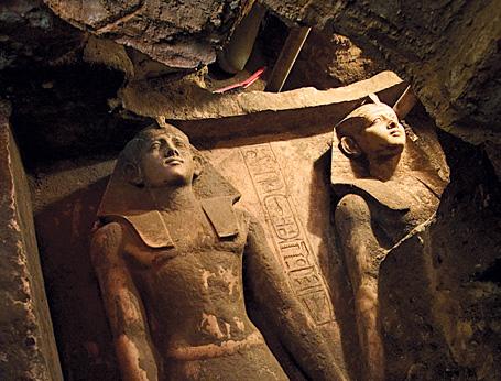 La Dyade de Néferhotep, 2005, sous l'obélisque d'Hatshepsout.