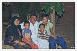 Toute le petite famille de Mohamed chez lui.