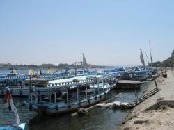 Les Motorboat à quai