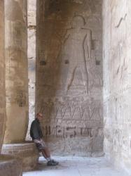 Dans le temple de Medinet Habou, je prépare mes rubriques !!