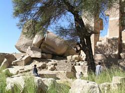 Le Ramasseum - Au premier plan le colosse à terre de Ramsès II