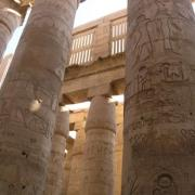 De combien de colonnes est composée la grande salle hypostyle de Karnak ?