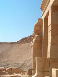 """Le """"pharaon"""" devant les falaises"""