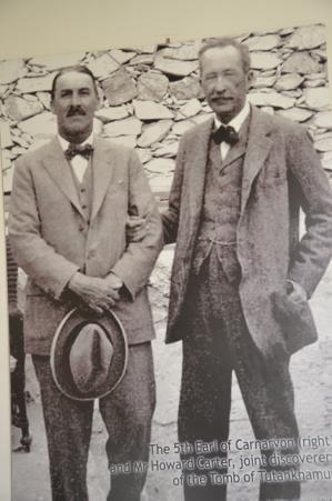 Howard Carter (à gauche) et George Edward Stanhope Molyneux Herbert, 5e comte de Carnarvon.