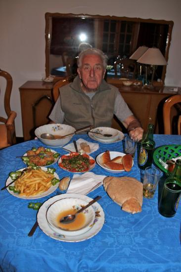 Guy devant les bon petits plats concoctés par Chazli.