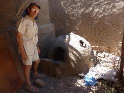 Gonzague devant le four à pain de l'école de poterie de Louxor
