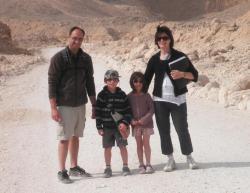 Fabien, les enfants et Laëtitia dans les colline de la rive Ouest de Louxor