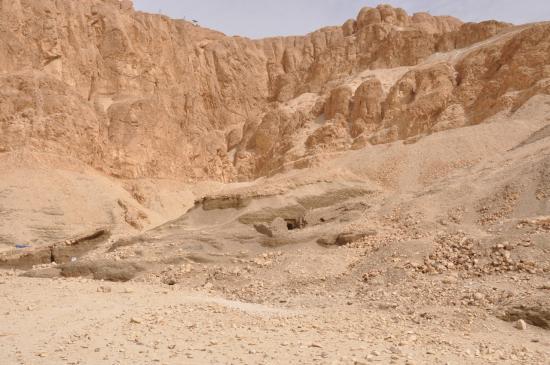 Le cirque rocheux de Deir el Bahari  - Au centre la tombe DB 320.