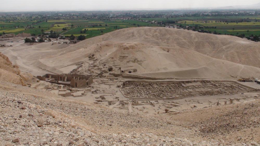 A gauche le temple d'Hathor, à droite les maisons. Photo Pascal - 2009