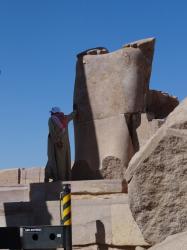 Pose d'un bloc de la statue de Mout-Touy.