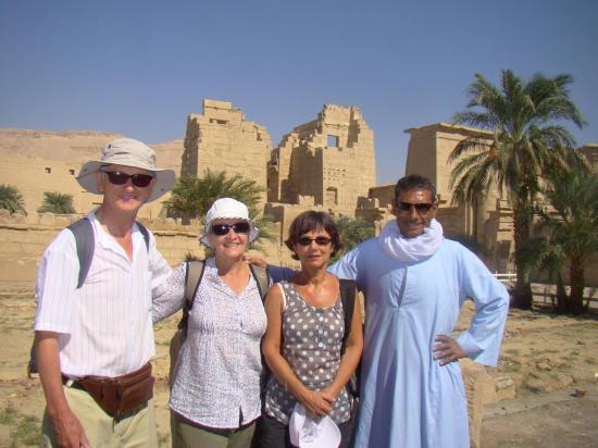 Philippe, Geneviève, Martine Rouanes et Faraq Sayed devant le temple de Medinet Habou.