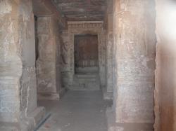 Interieur de la salle à pilier avec la niche centrale surelevée