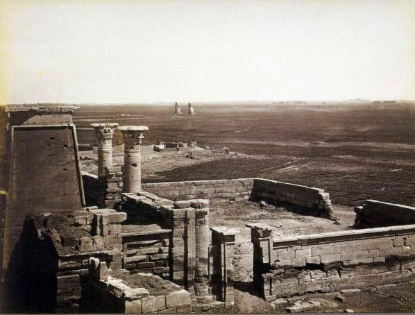 Au loin les colosses du temple Amenothep III