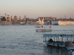 Le Nil est le temple de Louxor vu des berges de la rive où se trouve les villas