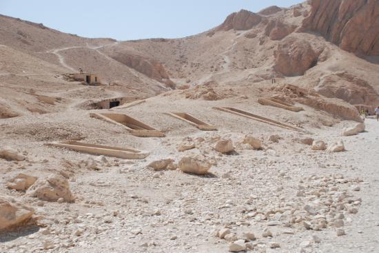 Les puits funéraires vus de la route.