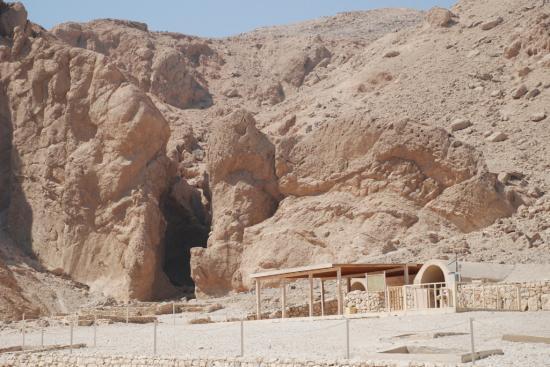Entrée de la tombeQV66