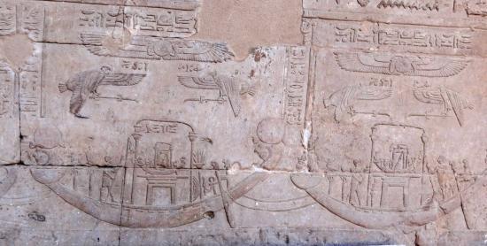La barque d'Hathor tirée par celle d'horus