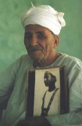 Hussain Abdel Rassoul tenant son portrait enfant.
